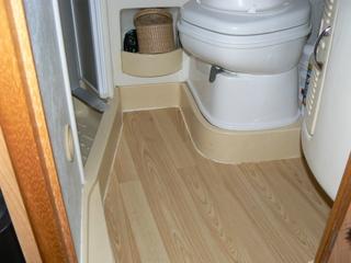 Rifacimento pavimento camper boiserie in ceramica per bagno - Bagno camper fai da te ...