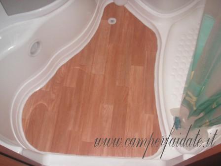 ho incollato del pvc uguale al pavimento dinette preso da un officina dopodich ho posizionato il manufatto e siliconato il tutto costo totale 30 euro