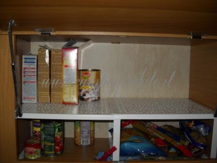 Ottimizzare lo spazio nei pensili con portabottiglie - Divisori per cassetti ikea ...