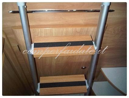 scaletta in legno ikea : ... una striscia di nastro antiscivolo che avevo a casa (preso allikea
